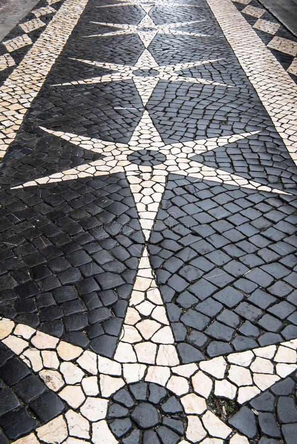 Pavimento del guijarro de Lisboa en desi blanco negro de la estrella y del diamante fotos de archivo libres de regalías