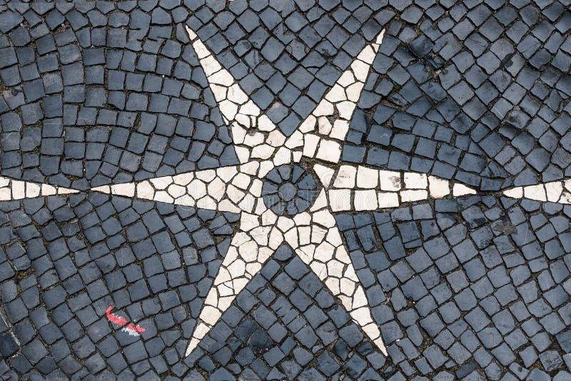 Pavimento del guijarro de Lisboa en diseños blancos negros de la estrella foto de archivo libre de regalías
