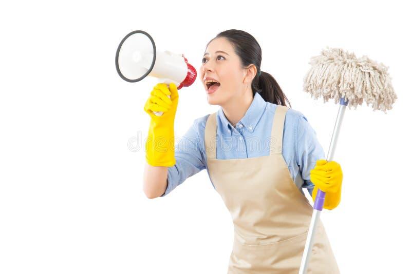 Pavimento di lavaggio della donna di pulizia con la zazzera fotografie stock libere da diritti