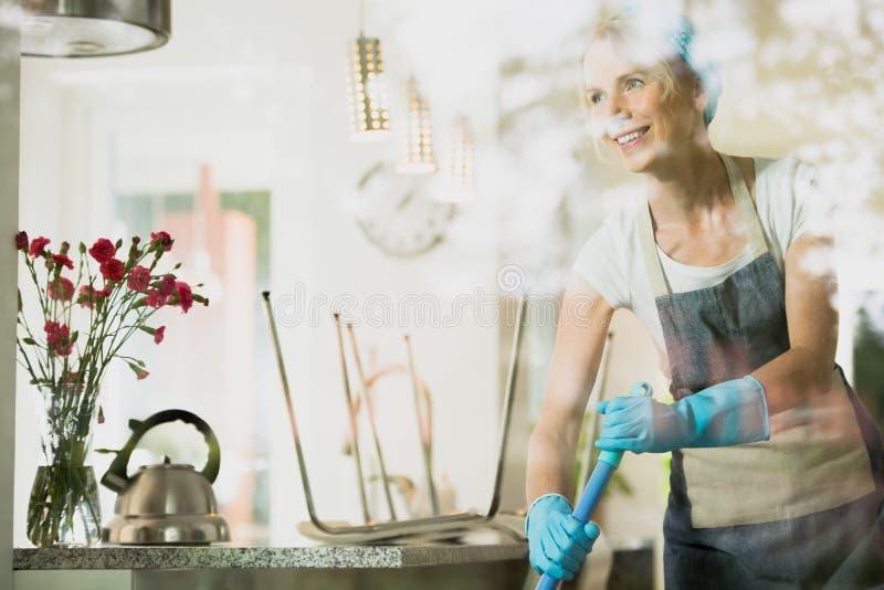 Pavimento di lavaggio della donna di servizio di pulizia immagine stock libera da diritti