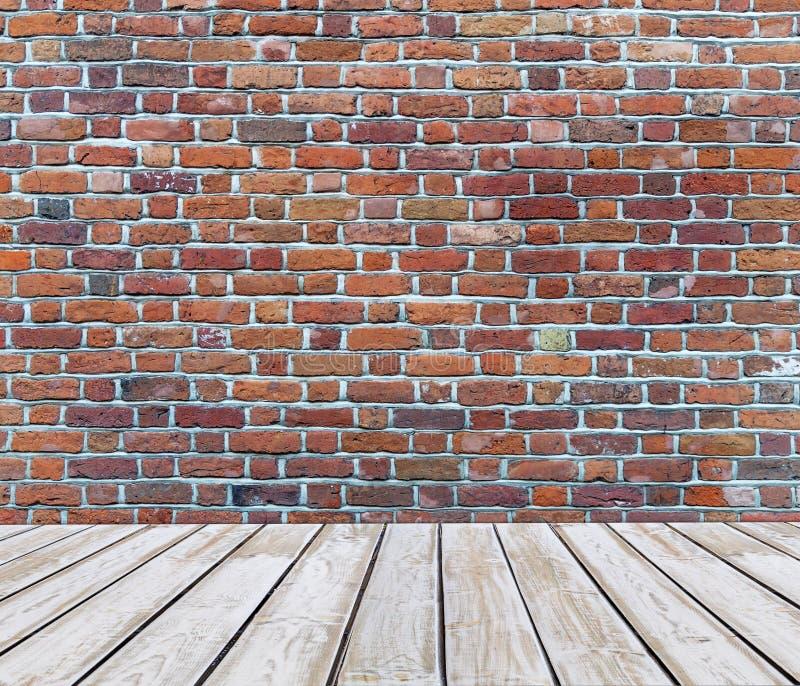 Pavimento di legno bianco della piattaforma con il fondo del mattone rosso immagine stock