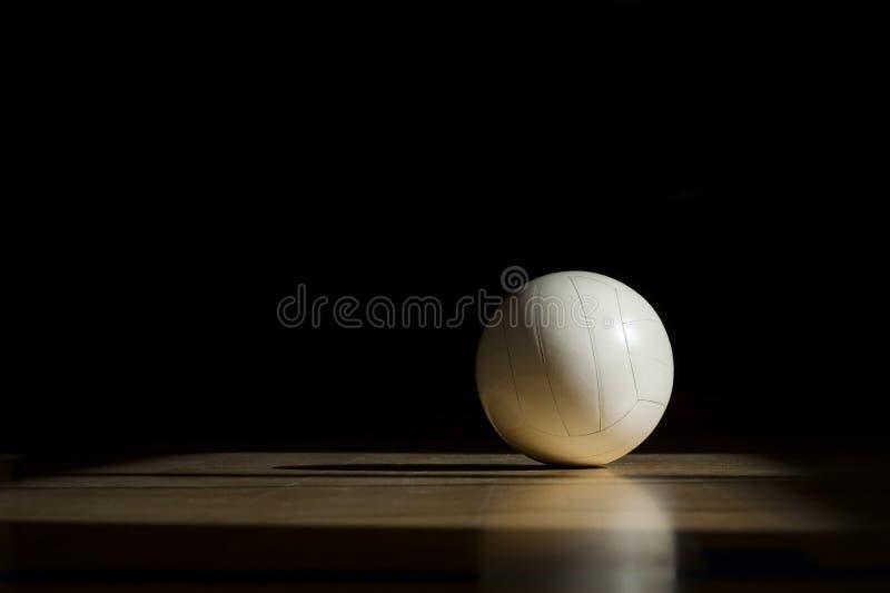 Pavimento di legno della corte di pallavolo con la palla isolata sul nero con copia-spazio fotografia stock libera da diritti