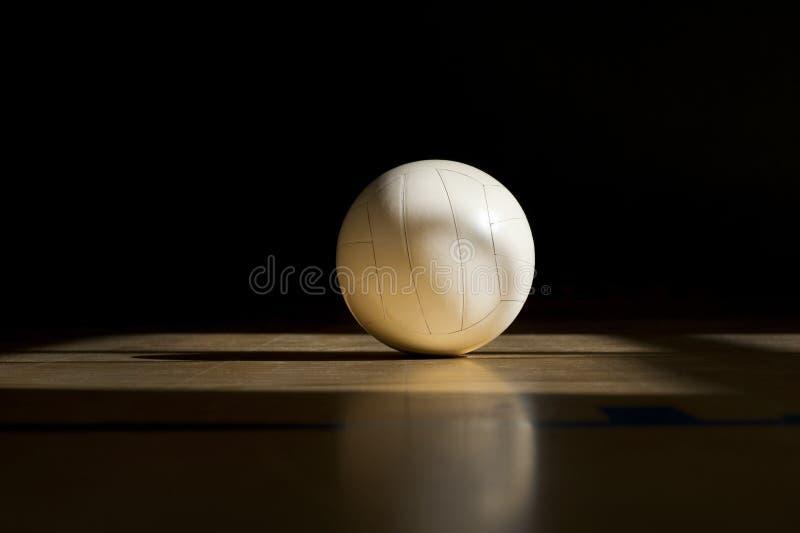Pavimento di legno della corte di pallavolo con la palla isolata sul nero con copia-spazio immagini stock libere da diritti