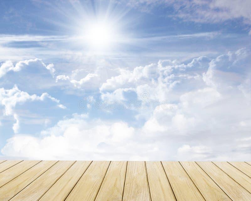 Pavimento di legno e del cielo immagini stock libere da diritti
