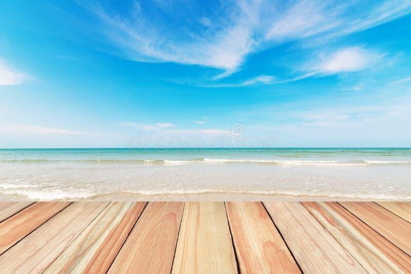Pavimento di legno sul fondo del cielo blu e della spiaggia fotografia stock libera da diritti