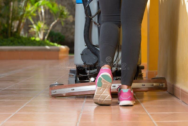 Pavimento di pulizia con la macchina fotografie stock