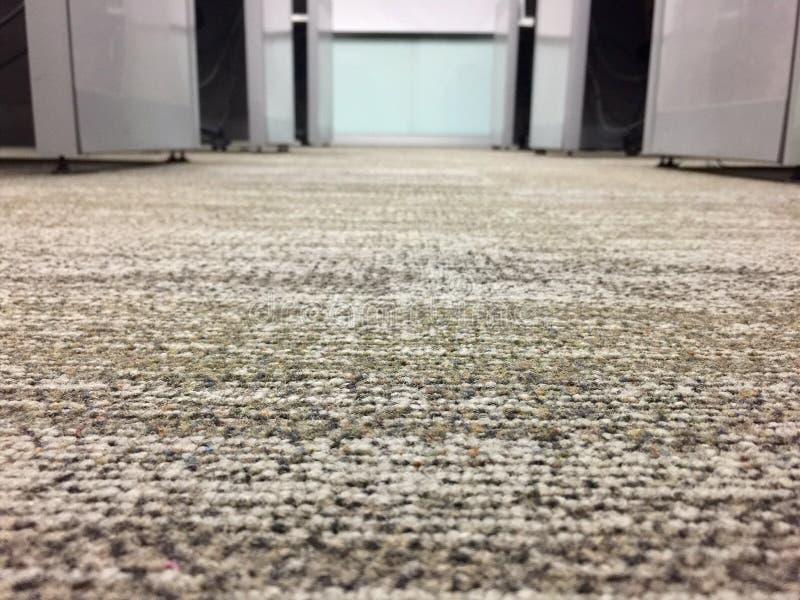 Pavimento di tappeto in ufficio, fuoco scelto sul pavimento fotografia stock libera da diritti