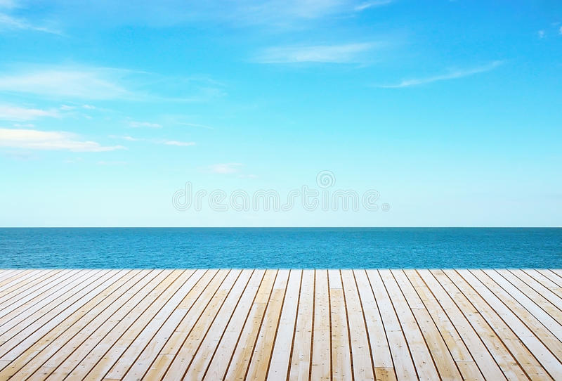 Pavimento e cielo di legno fotografia stock libera da diritti