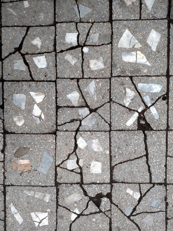 Pavimento feito das telhas concretas rachadas velhas imagem de stock royalty free