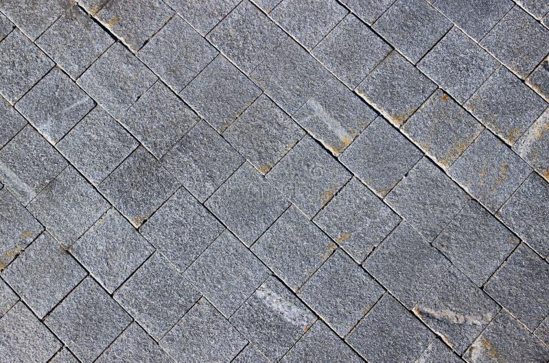 Pavimento feito de pedras de pavimentação do granito cinzento fotos de stock