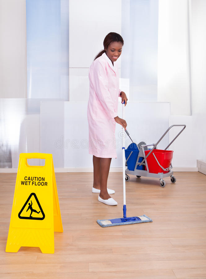 Pavimento femminile di pulizia della governante in hotel immagini stock libere da diritti