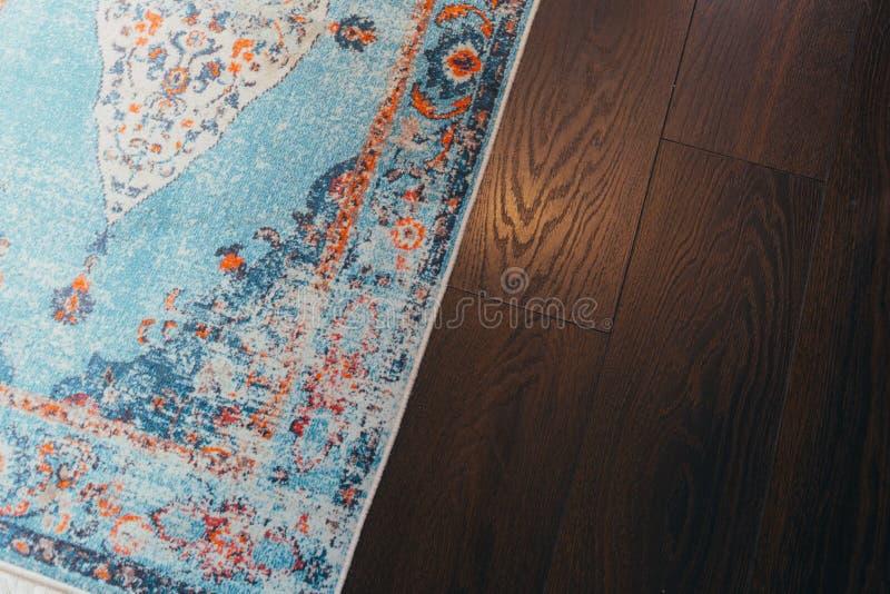 Pavimento laminato del parquete Struttura di legno chiara Tappeto molle beige Interior design caldo immagini stock