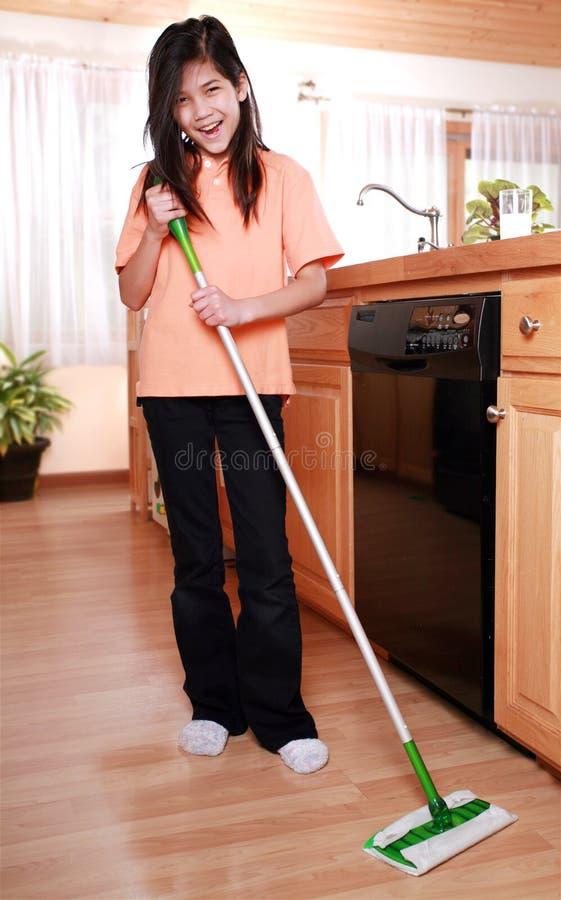 Pavimento pass lo straccioare della cucina della ragazza fotografie stock