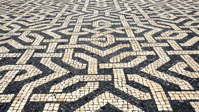 Pavimento portugués típico del guijarro imagen de archivo