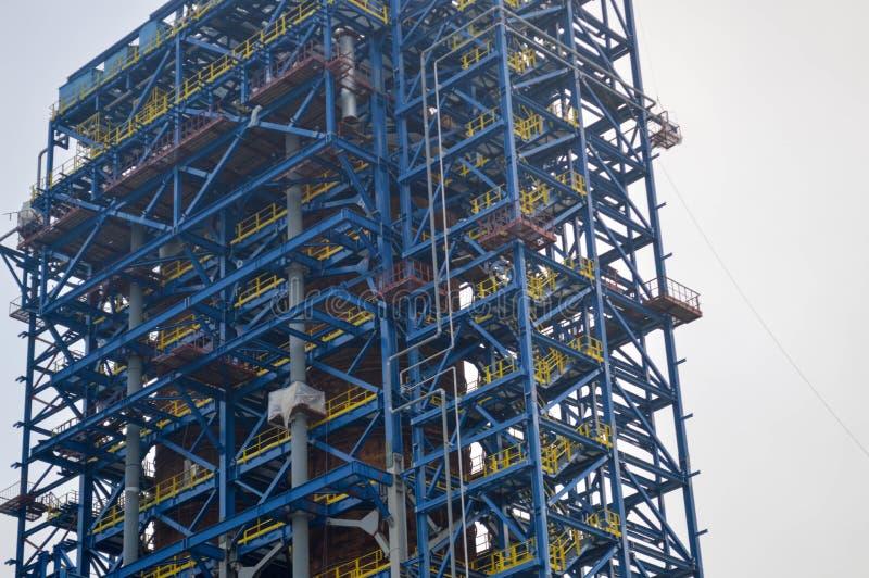 Pavimento, scale su un'unità trattata enorme, raffinatore dell'olio immagine stock