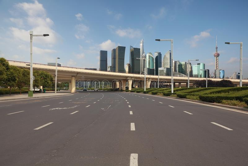 Pavimento vuoto del fondo stradale con le costruzioni del punto di riferimento della città di Shangha fotografie stock libere da diritti