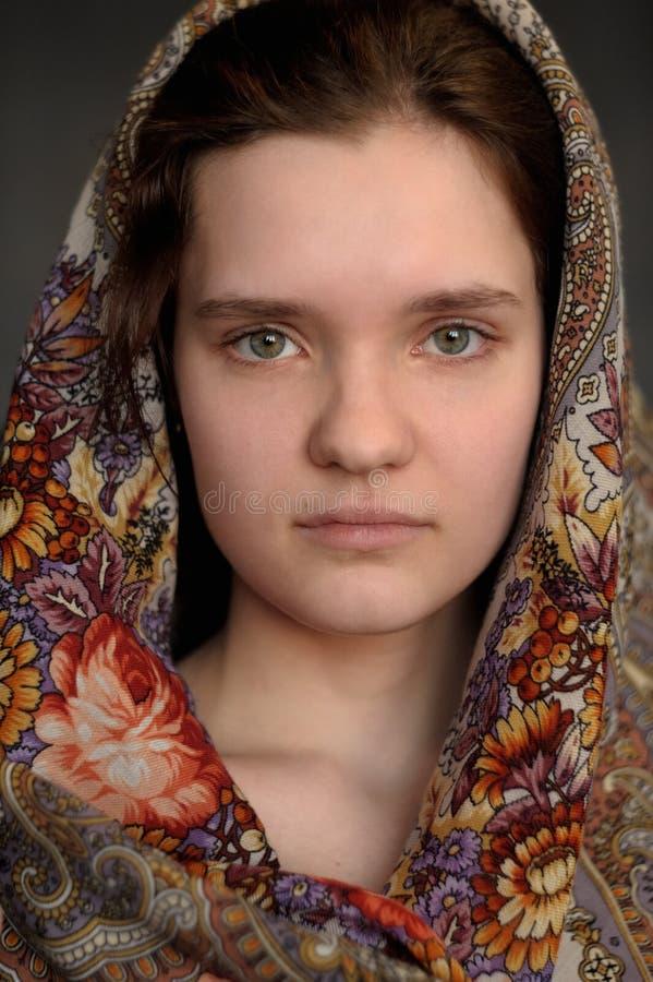 Pavlo-Posad俄国披肩st的俄国深色的绿眼的女孩 免版税库存照片