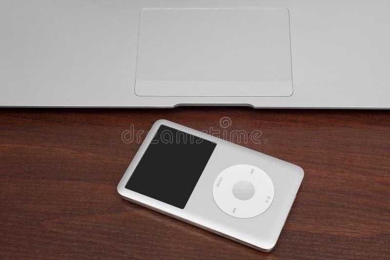 Pavlograd, Ukraine - 4. Dezember 2014: iPod-Klassiker 160 GBs auf Si lizenzfreie stockfotografie