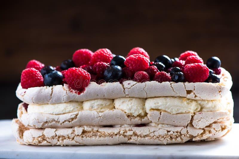 Download Pavlova με τα φρούτα μούρων Στοκ Εικόνα - εικόνα από κόκκινος, γεύση: 62724485