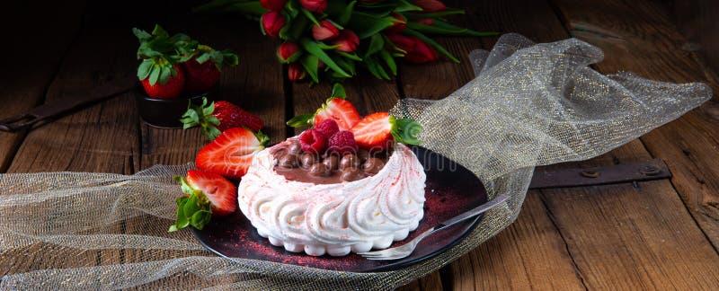 Pavlova claro com frutos frescos e chocolate fotografia de stock
