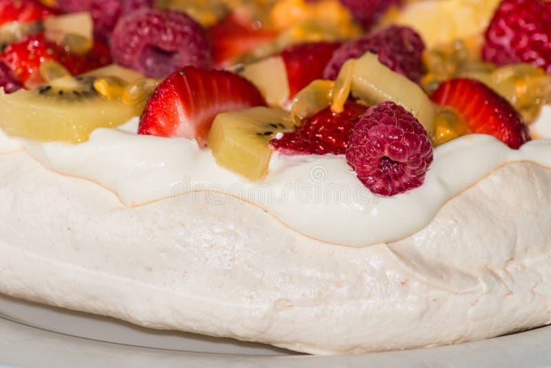 Pavlova deser z jagodami i kiwifruit zdjęcia stock
