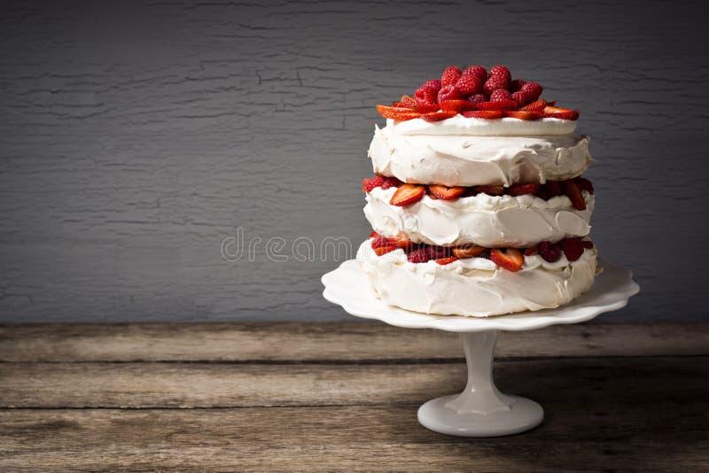 Pavlova, een Gelaagde Schuimgebakjecake met Fruit en Slagroom royalty-vrije stock foto
