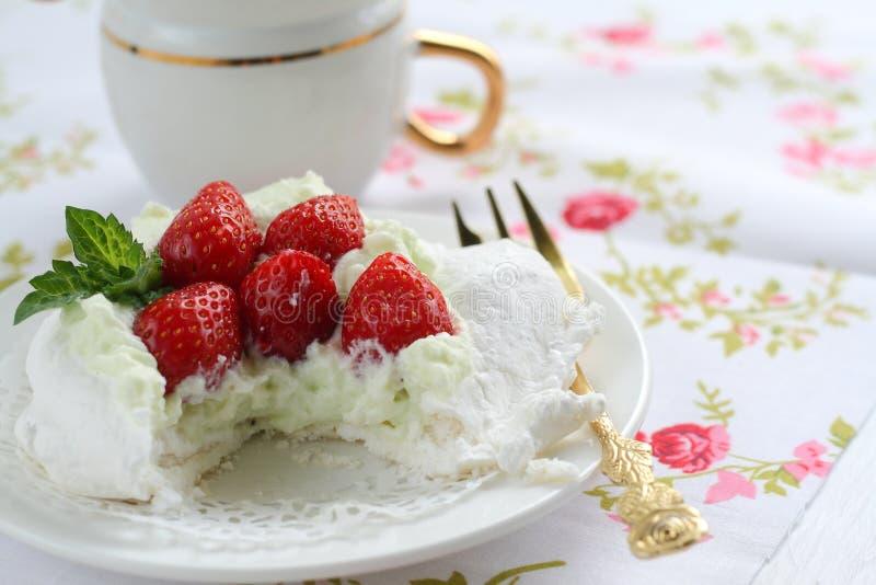 Pavlova kaka med jordgubbar på en färgrik servett arkivfoto