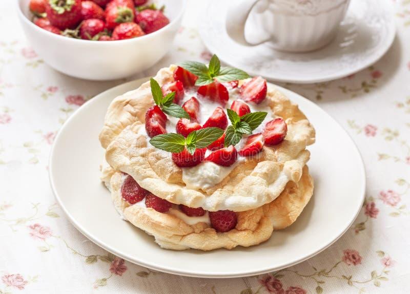 Pavlova kaka med nya jordgubbar royaltyfri foto