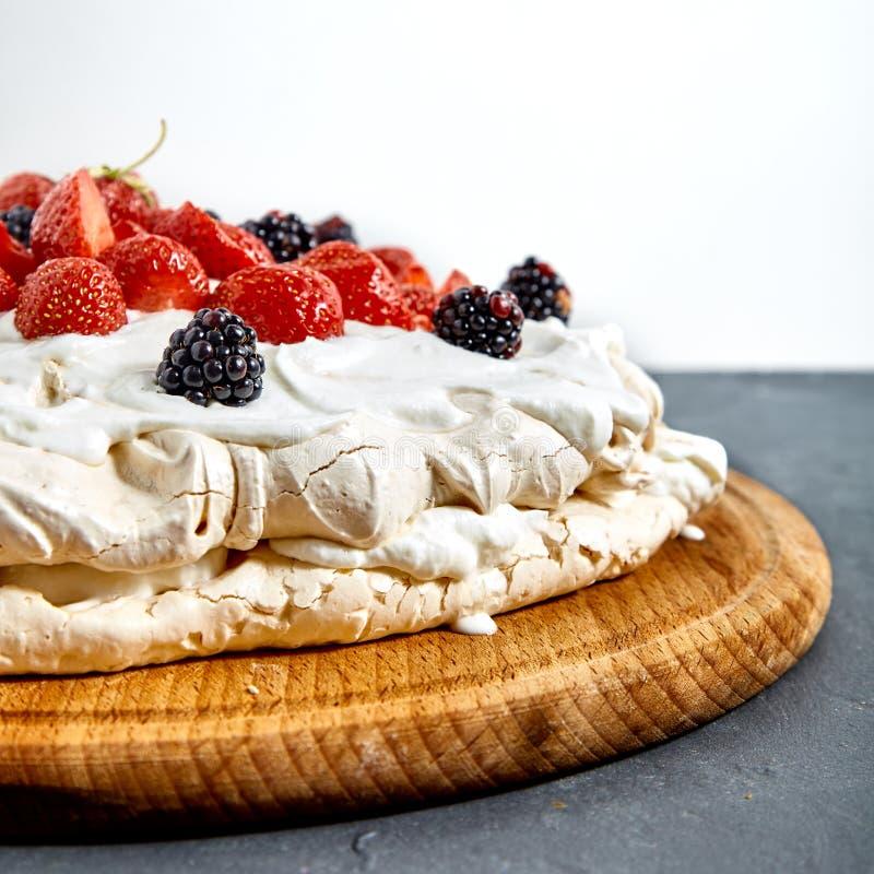 Pavlova-Kuchen mit Erdbeere stockbilder