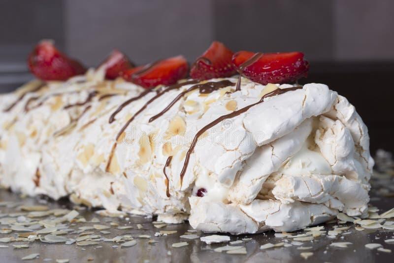 Pavlova - Meringekuchen mit frischen Erdbeeren Meringeroulade mit creamstrawberries und Himbeeren lizenzfreie stockfotos