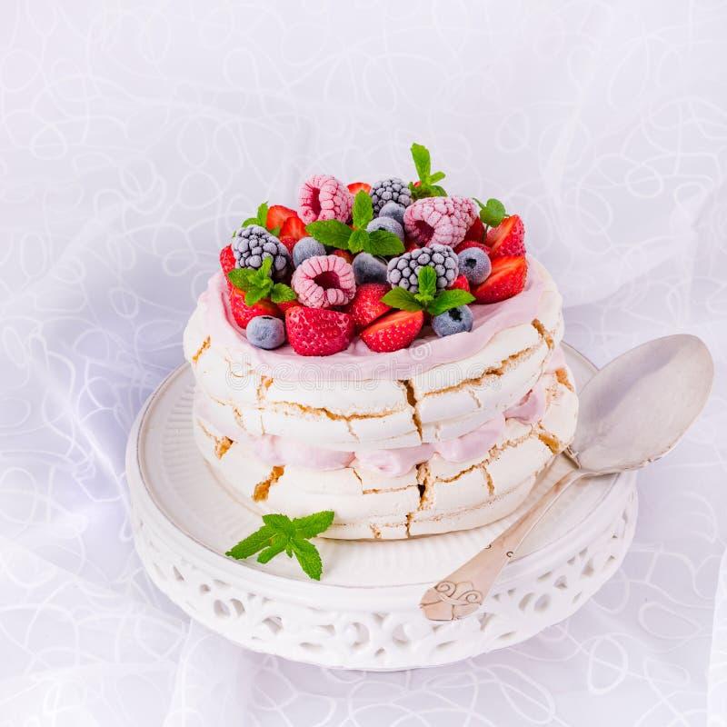 Pavlova z jagodowymi owoc zdjęcie royalty free