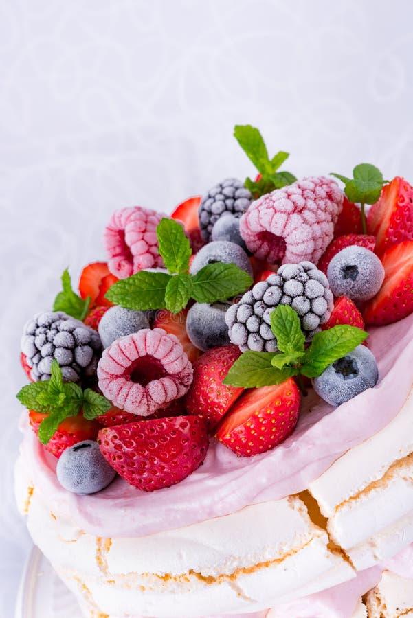 Pavlova z jagodowymi owoc fotografia royalty free