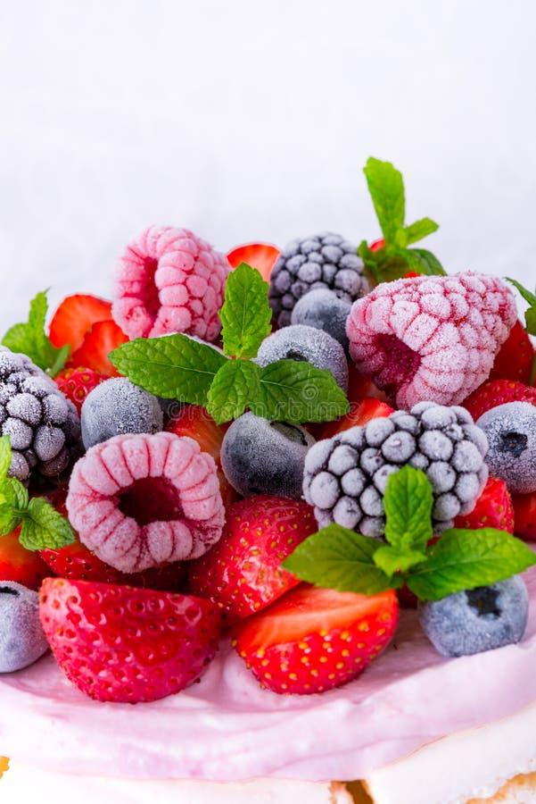 Pavlova z jagodowymi owoc fotografia stock