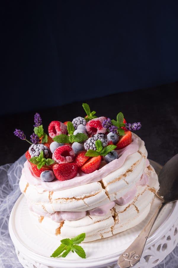 Pavlova z jagodowymi owoc zdjęcia royalty free