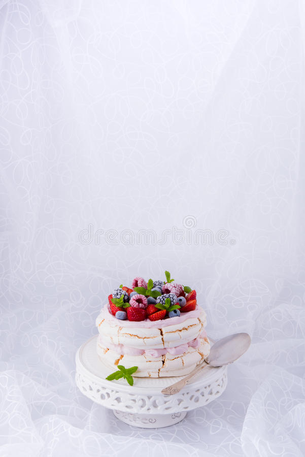 Pavlova z jagodowymi owoc obrazy royalty free