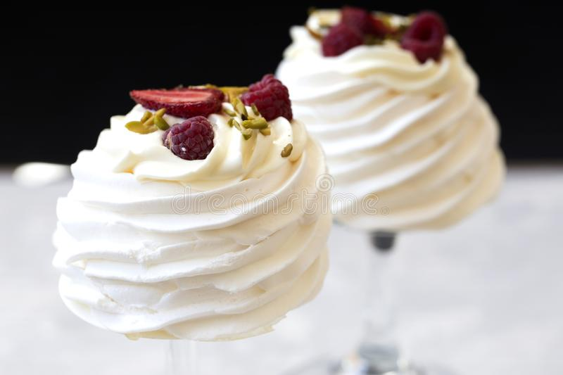 Pavlova zasycha z kremowymi i świeżymi lato jagodami Pavlova torty zdjęcia royalty free