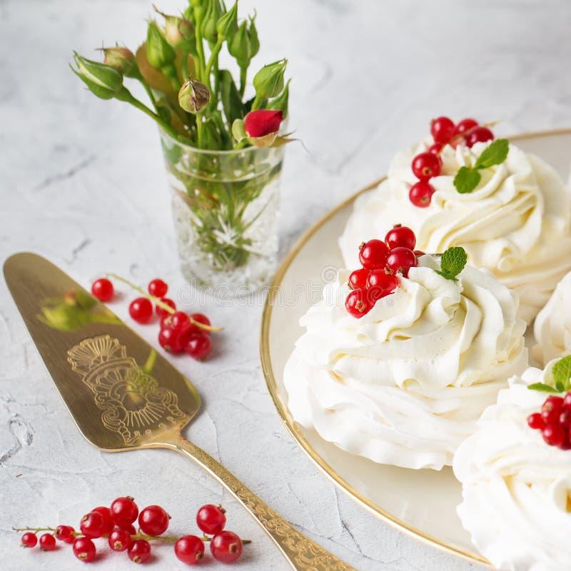 Pavlovacakes met room en verse de zomerbessen Sluit omhoog van Pavlova-dessert met bosfruit en munt Voedselfoto stock afbeelding