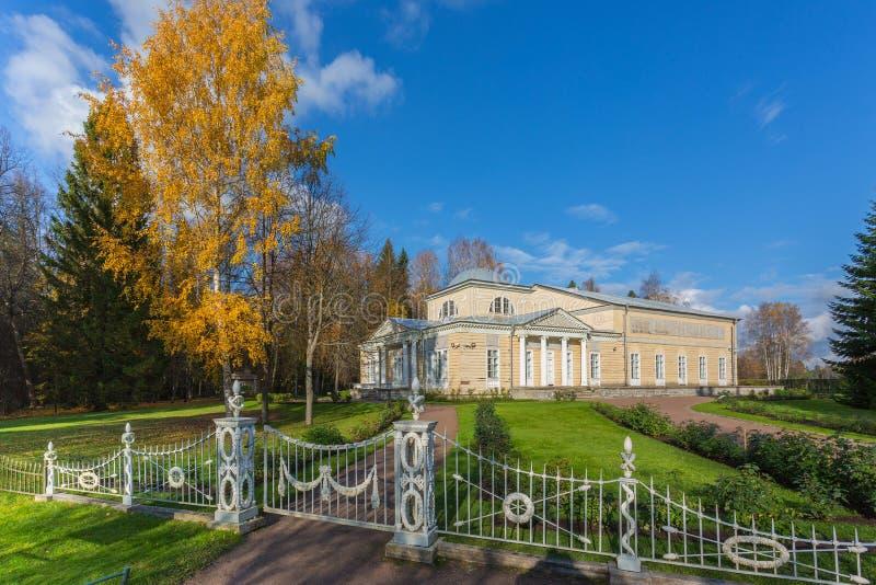 Pavlovsk公园在秋天 免版税图库摄影