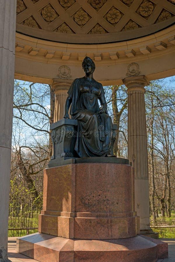 Pavlovsk,俄罗斯- 2016年5月6日:对女皇玛丽亚・费奥多萝芙娜的纪念碑 亭子Rossi 免版税库存照片