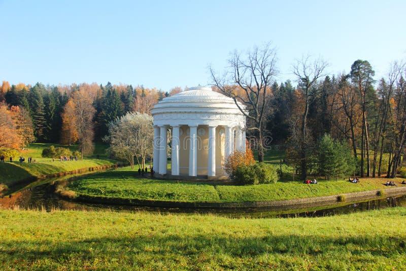 Pavlovsk święty Rosja parkowa pobliska świątynia przyjaźń Wrzesień 2018 obrazy royalty free