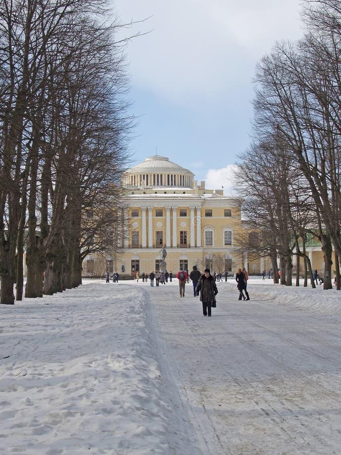 Pavlovsk Avenida tripla do cal e palácio grande imagem de stock