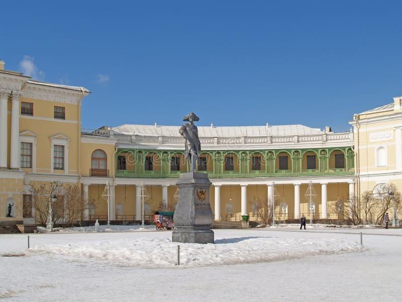 Pavlovsk Monumento al emperador Pavel I antes del palacio grande fotos de archivo