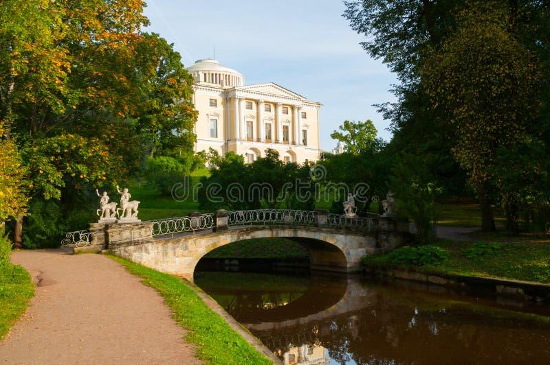 Pavlovsk-Palast- und -zentaurbrücke auf dem Vordergrund in Pavlovsk, St- Petersburgregion, Russland stockbilder