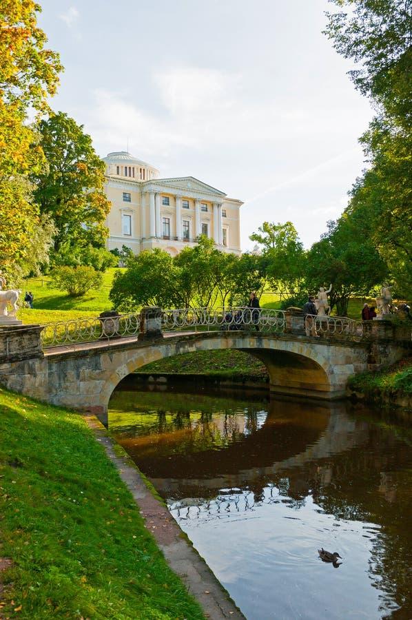 Pavlovsk-Palast- und -zentaurbrücke in Pavlovsk, St- Petersburgregion, Russland lizenzfreie stockbilder