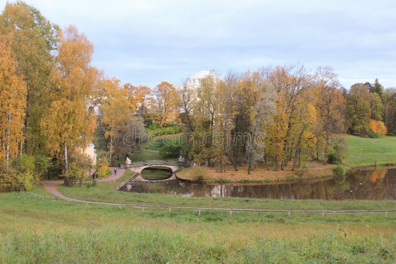 Pavlovsk park przy jesienią panorama zdjęcia stock