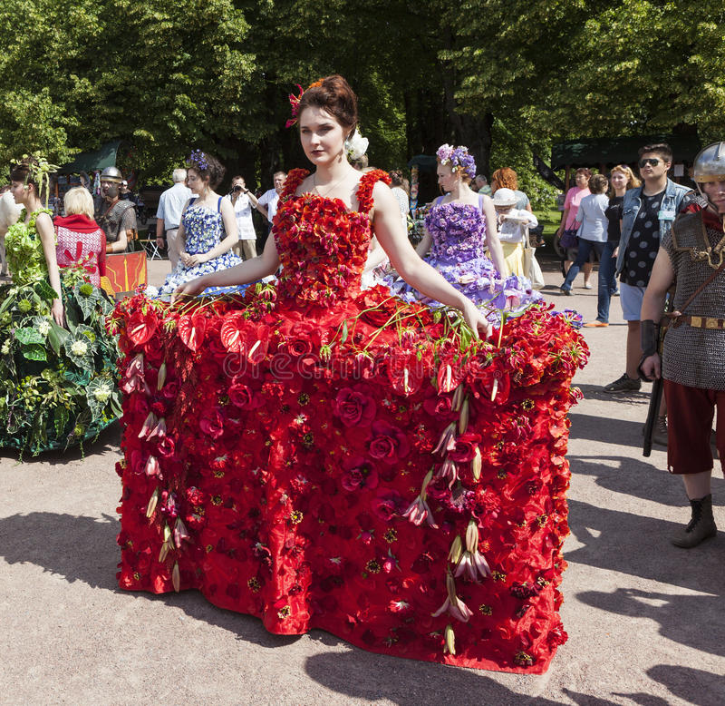 PAVLOVSK, RÚSSIA - 18 DE JULHO DE 2015: Foto da menina no vestido das flores foto de stock royalty free