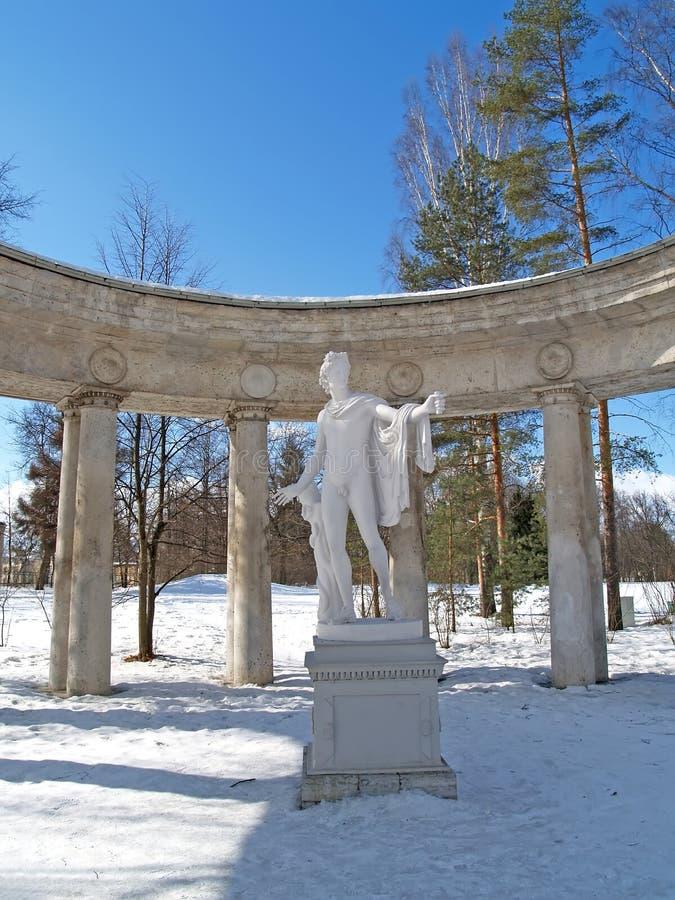 Pavlovsk, Rusia Un fragmento de una columnata de Apolo en día de invierno foto de archivo