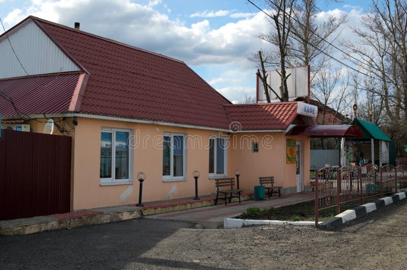 PAVLOVSK, RUSLAND - APRIL 23, 2017: een kant van de wegkoffie op weg m-4 stock foto's