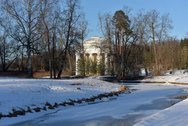 Pavlovsk, Rusland Een de winterlandschap met Tempel van Vriendschap stock afbeeldingen