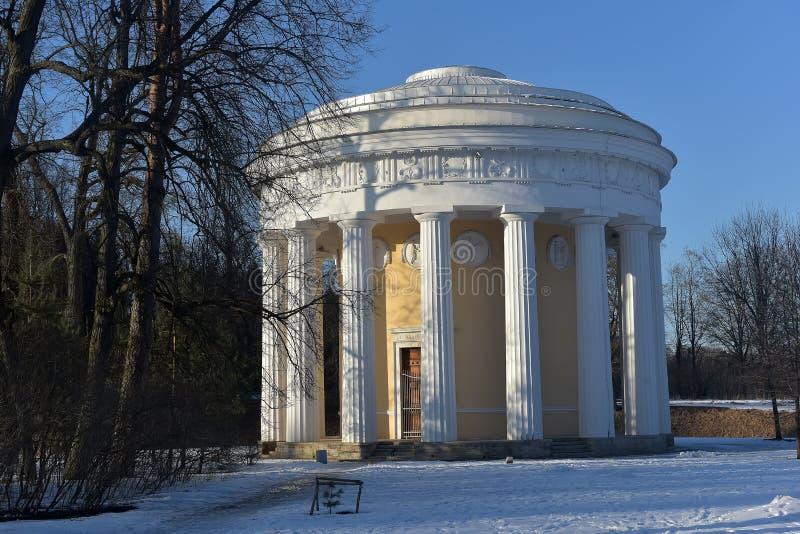 Pavlovsk, Rusland Een de winterlandschap met Tempel van Vriendschap royalty-vrije stock foto's